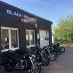 Black Heritage Bikes - Eingang und Parkplätze